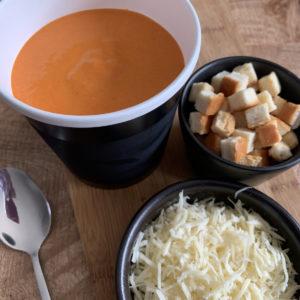 Soupe du jour avec croutons et fromage râpé